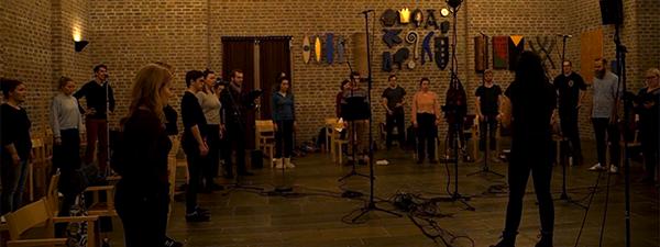 Et bilde av Kammerkoret Aurum som spiller inn koringen til spillets musikk.