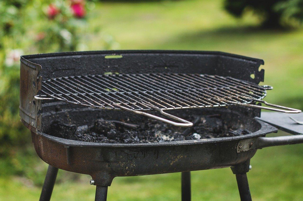 4 astuces pour nettoyer rapidement la grille de son barbecue