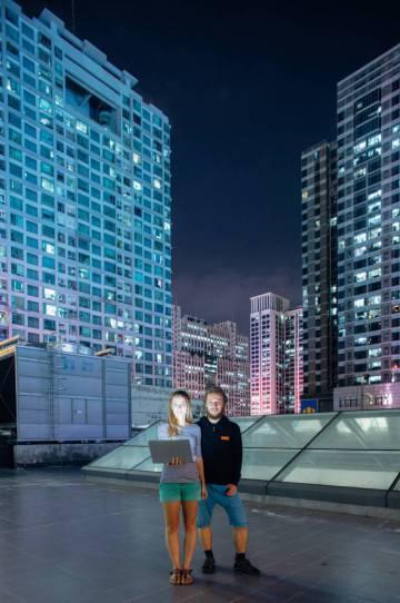 Os europeus Kristina Cahojova e Hynek Jemelik, inventores de um medidor de fertilidade feminina, criaram seus produtos na aceleradora de 'start-ups' HAX, Shenzhen