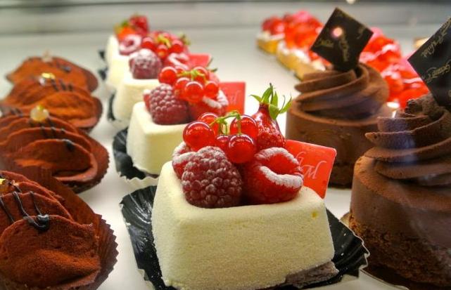 Các bạn không nên chỉ chú ý tới vẻ bề ngoài của bánh ngọt mà bỏ qua việc kiểm tra chất lượng