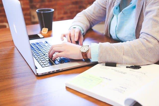 Una persona redactando copywriting para e-commerce.