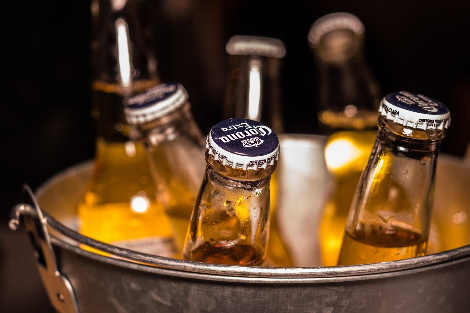 בירות בתוך מתקן  דלי שמפניה בקבוקים