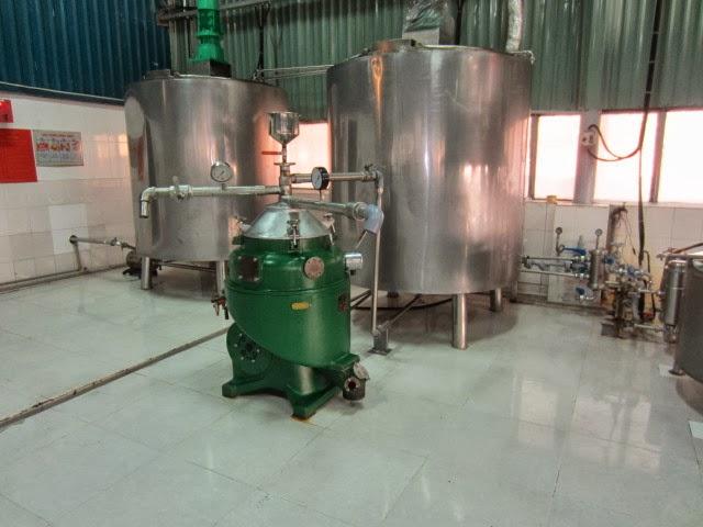 Dầu dừa sản xuất bằng sấy khô ép có thể sản xuất số lượng lớn nhưng chưa  tinh khiết, được dùng làm nguyên liệu sản xuất mỹ phẩm, chất tẩy rửa...