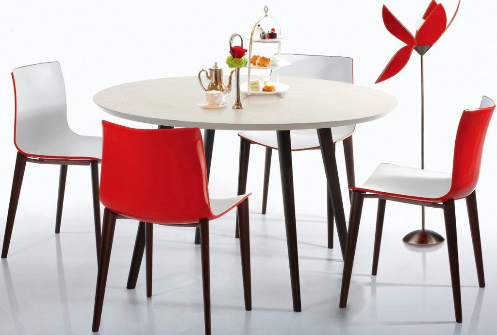 Кухонный стол из пластика