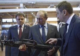 Владимир Путин с автоматом во время визита на Тульский оружейный завод в январе 2014 года