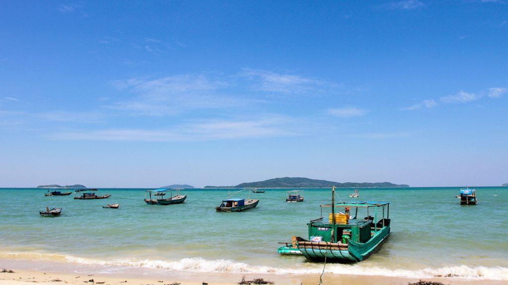 Các bạn có thể mua vé tàu gỗ hay tàu cao tốc để đến được đảo Cô tô