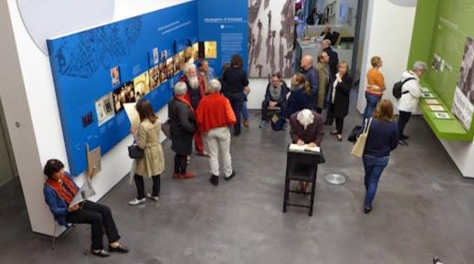 Ausstellungsraum mit Besuchern.