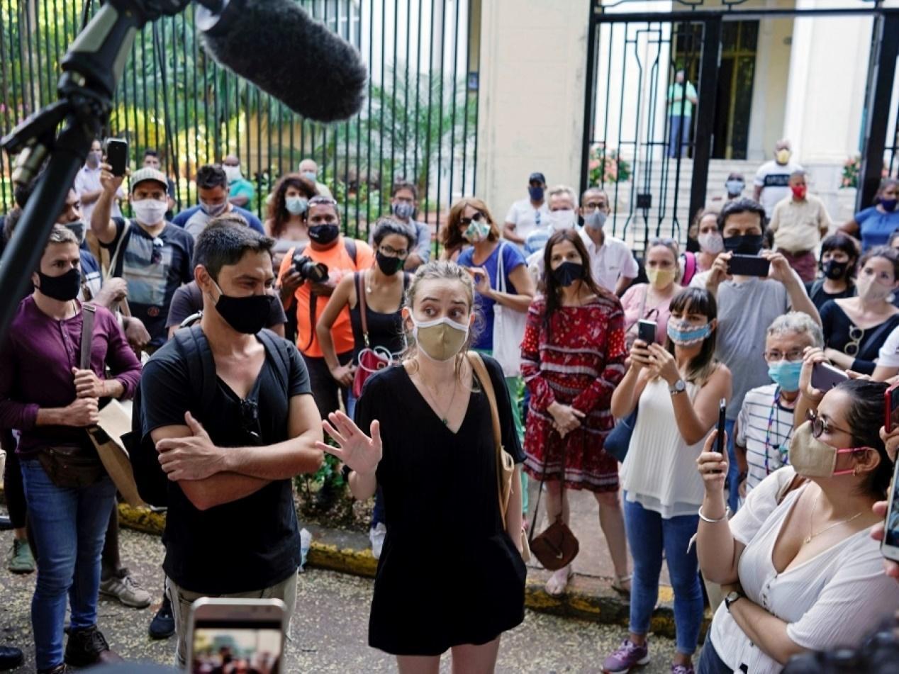 古巴一批藝術家在文化部外抗議。(路透社)