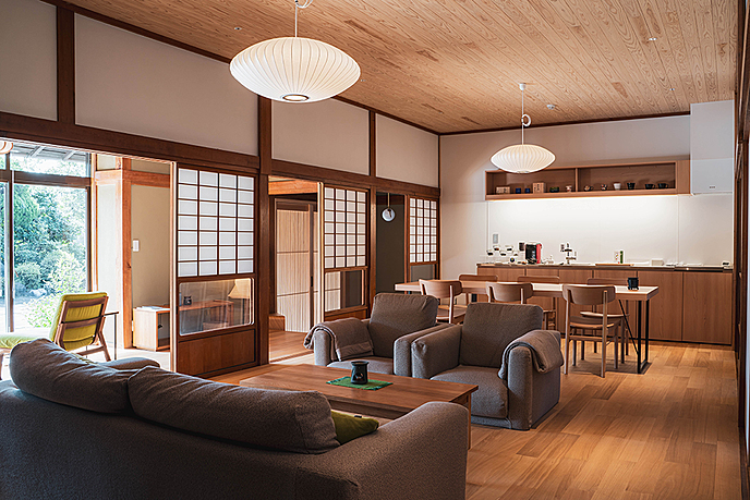 家具のあるリビングルーム  自動的に生成された説明