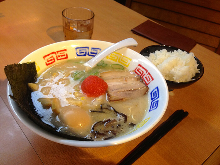 日式拉麵也常見明太子的蹤影,而且也是一樣不需繁複工法。在麵體、湯、等佐料全部盛入後,加入一小塊明太子便可以好好享用色、香、味俱全的拉麵了。