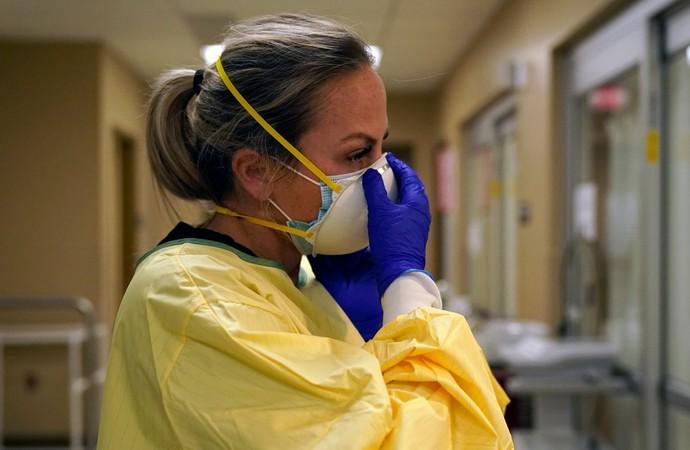 Медсестра в захисному костюмі