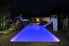 De Vrolijke wereld van zwembadverlichting