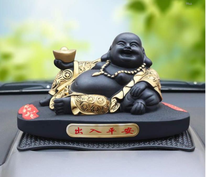 Phật Di Lặc mỉm cười, tay cầm tiền mang lại may mắn.