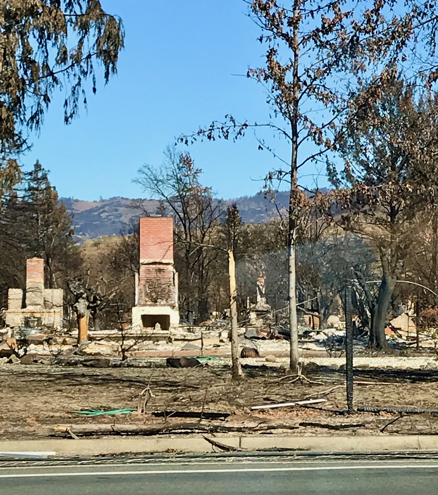 Santa Rosa fire destroys neighborhood