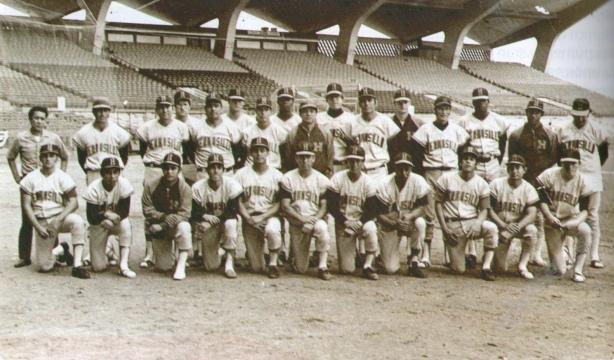 Foto blanco y negro de un grupo de personas en una cancha  Descripción generada automáticamente