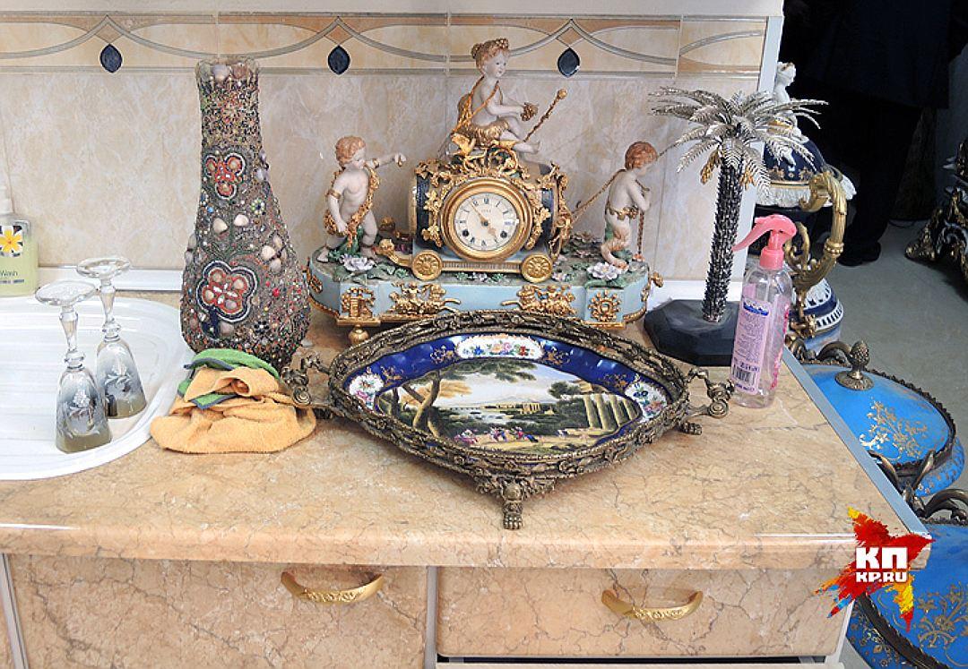 Небрежный быт хозяина частного музея Саида-Кадыра - драгоценные часы и старинные бокалы рядом с моющими средствами. Фото: Дарья АСЛАМОВА