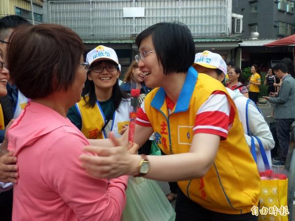 民國黨主席徐欣瑩深入傳統市場掃街,許多婆婆媽媽為她加油打氣。 (記者廖雪茹攝)