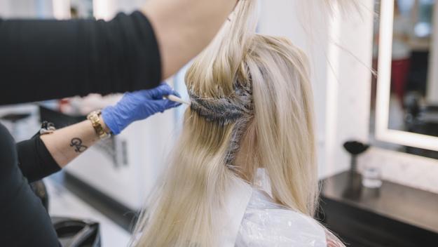 Процесс окрашивания волос в профессиональном салоне | Премиум Фото