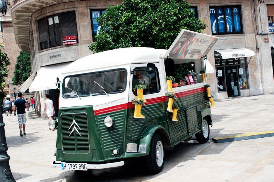 Un 'foodtruck' de la empresa valenciana PopUpStreetFood en la Plaza del Patriarca