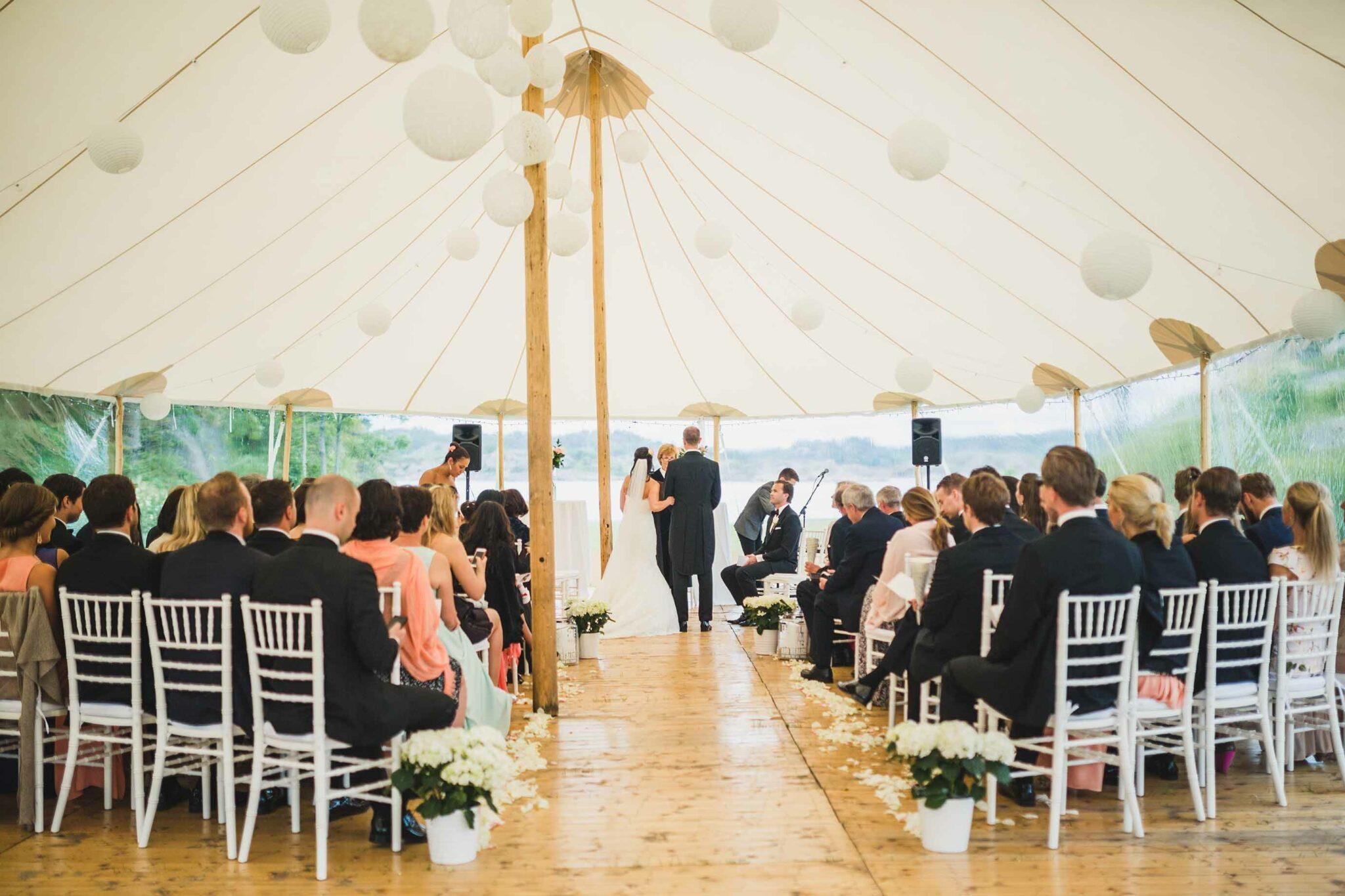 Brudepar gifter seg i telt med Sperrytents på Sørlandet.