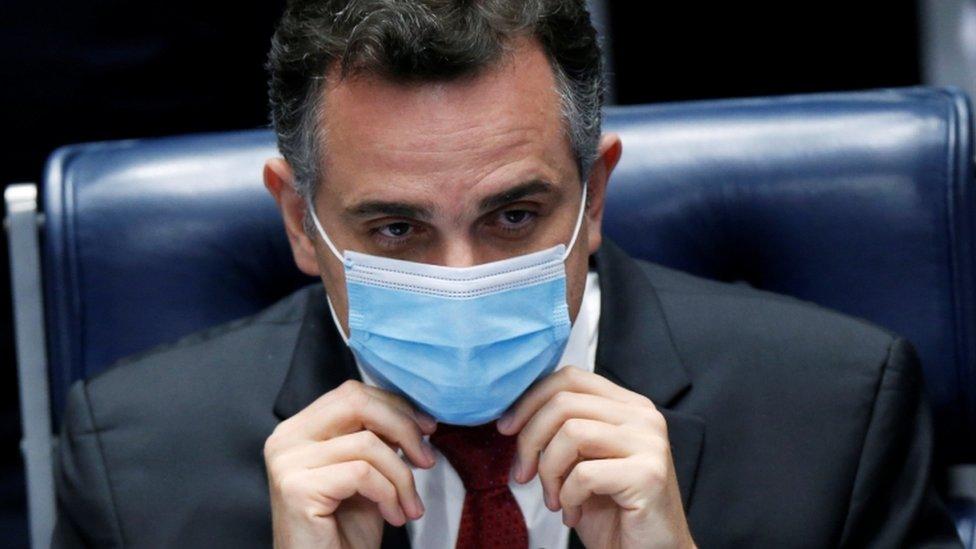 Rodrigo Pacheco de máscara, em cadeira na câmara