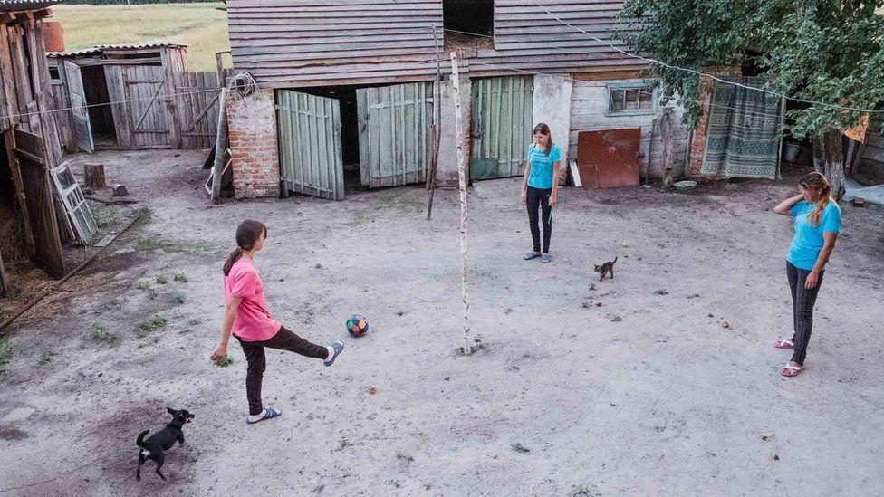 дочери играют в футбол