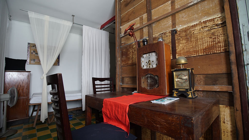 Căn phòng được bài trí theo phong cách cổ xưa, tối giản tại 4221 Cafe & Homestay