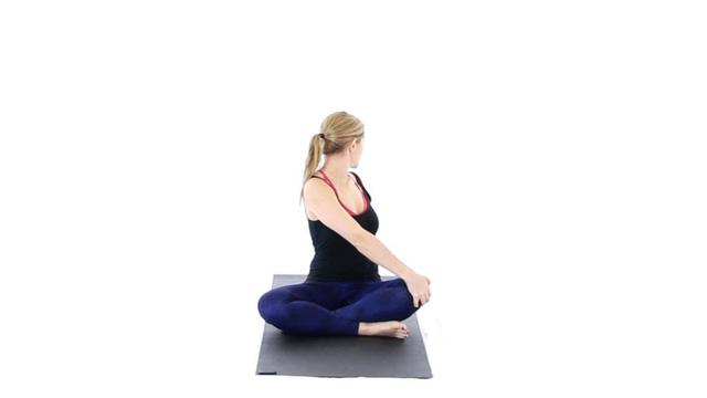 Bài tập yoga chữa bệnh thoát vị đĩa đệm: Tư thế ngồi xoay người