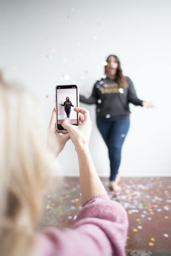 foto de alguém tirando foto de uma mulher