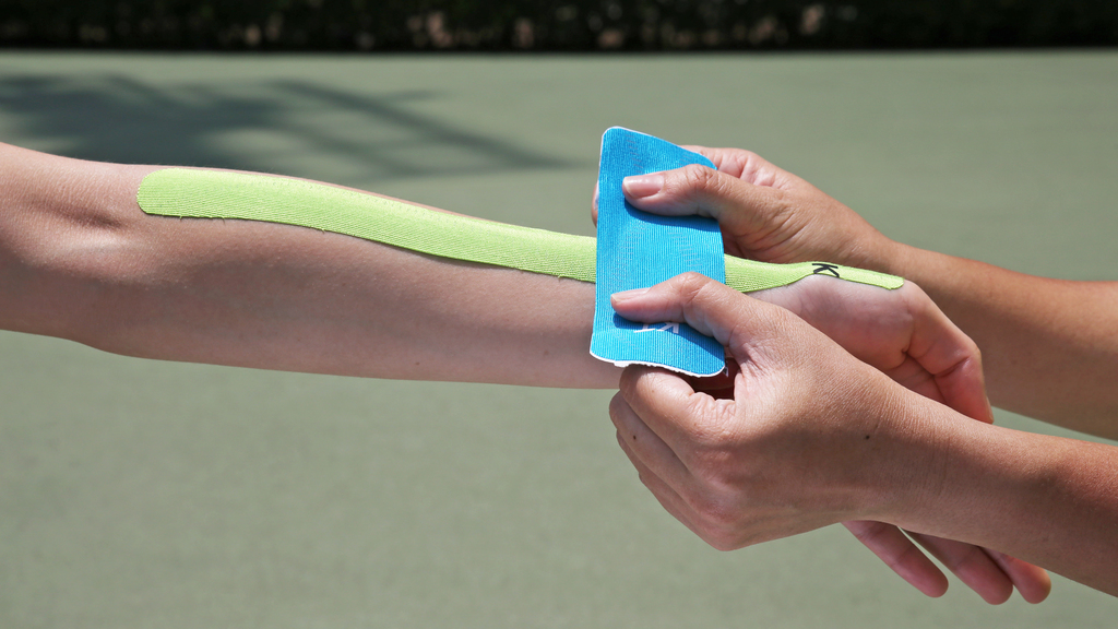 Step3.手腕對上的位置橫向貼上較短的肌內貼,中段使用50%拉力,頭尾兩端使用0%拉力。切記勿將拉力施於脈膊處。