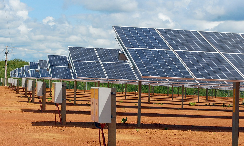 Energia solar – vista parcial de parque solar fotovoltaico no norte da Bahia
