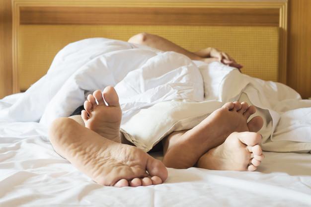 Par, branco, cama, hotel, quarto, foco, pés Foto gratuita