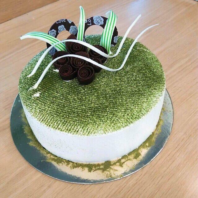 Bánh sinh nhật vị trà xanh là món quà không thể thiếu để dành tặng cha mẹ
