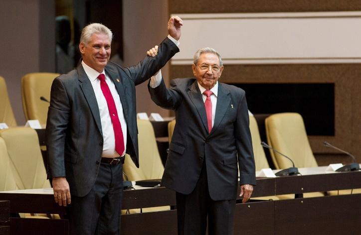 古巴19日選出新總統,勞爾‧卡斯楚(右)正式交棒給狄亞士-卡奈,象徵開啟新的時代。