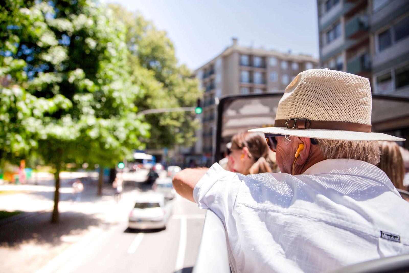 En man åker på turistbuss utomlands