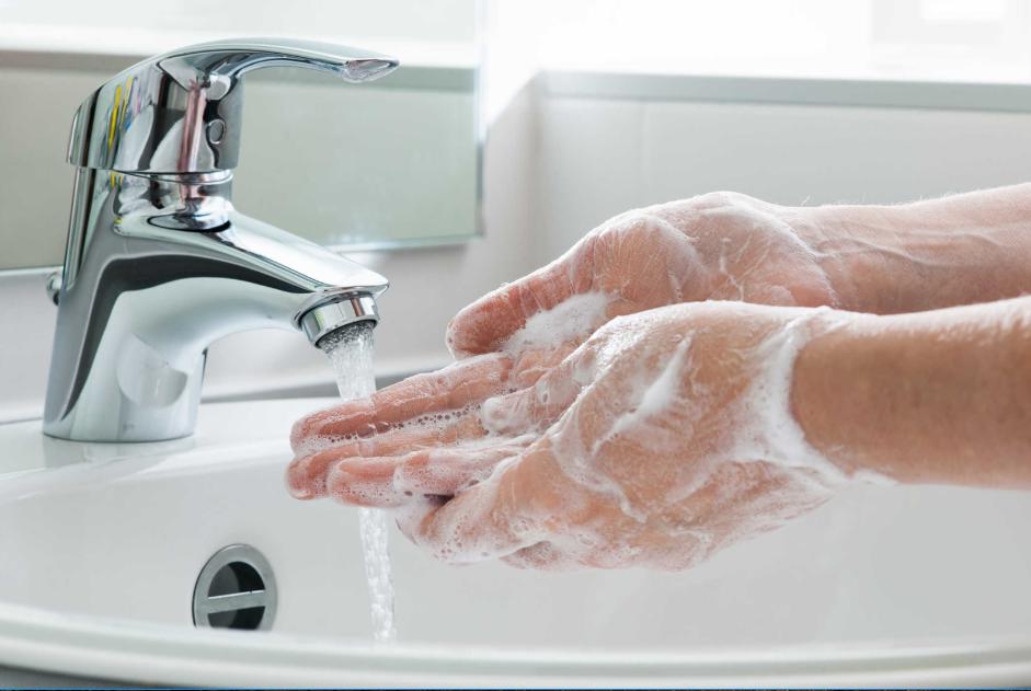 Luôn vệ sinh tay trước khi mặc quần áo bảo hộ y tế