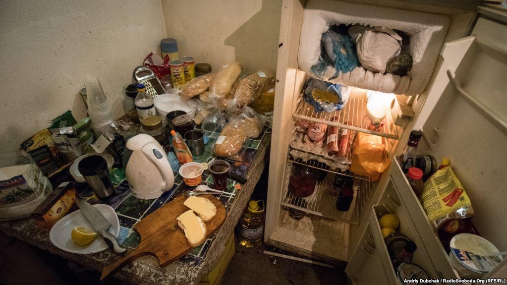 Холодильник морпіхів. Найбільш «ходове» – ковбаса, сир, масло і яйця. Усе інше треба готувати…