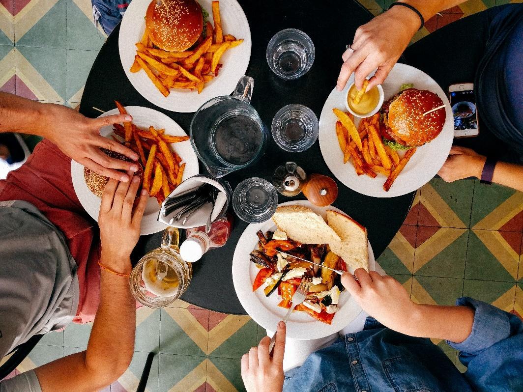 Une image contenant personne, alimentation, intérieur, table  Description générée automatiquement