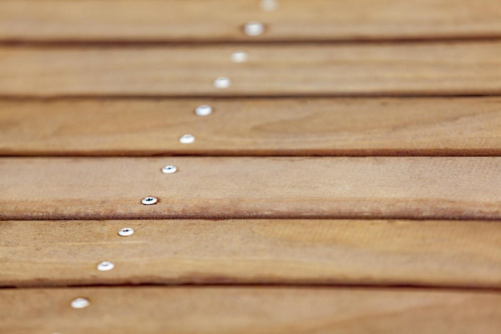 Choisissez des moyens de fixation appropriés : Tandis que dans le temps, il était courant d'utiliser des clous pour fixer les lames de terrasse, il est maintenant plus habituel d'utiliser des vis pour obtenir un joli résultat final.
