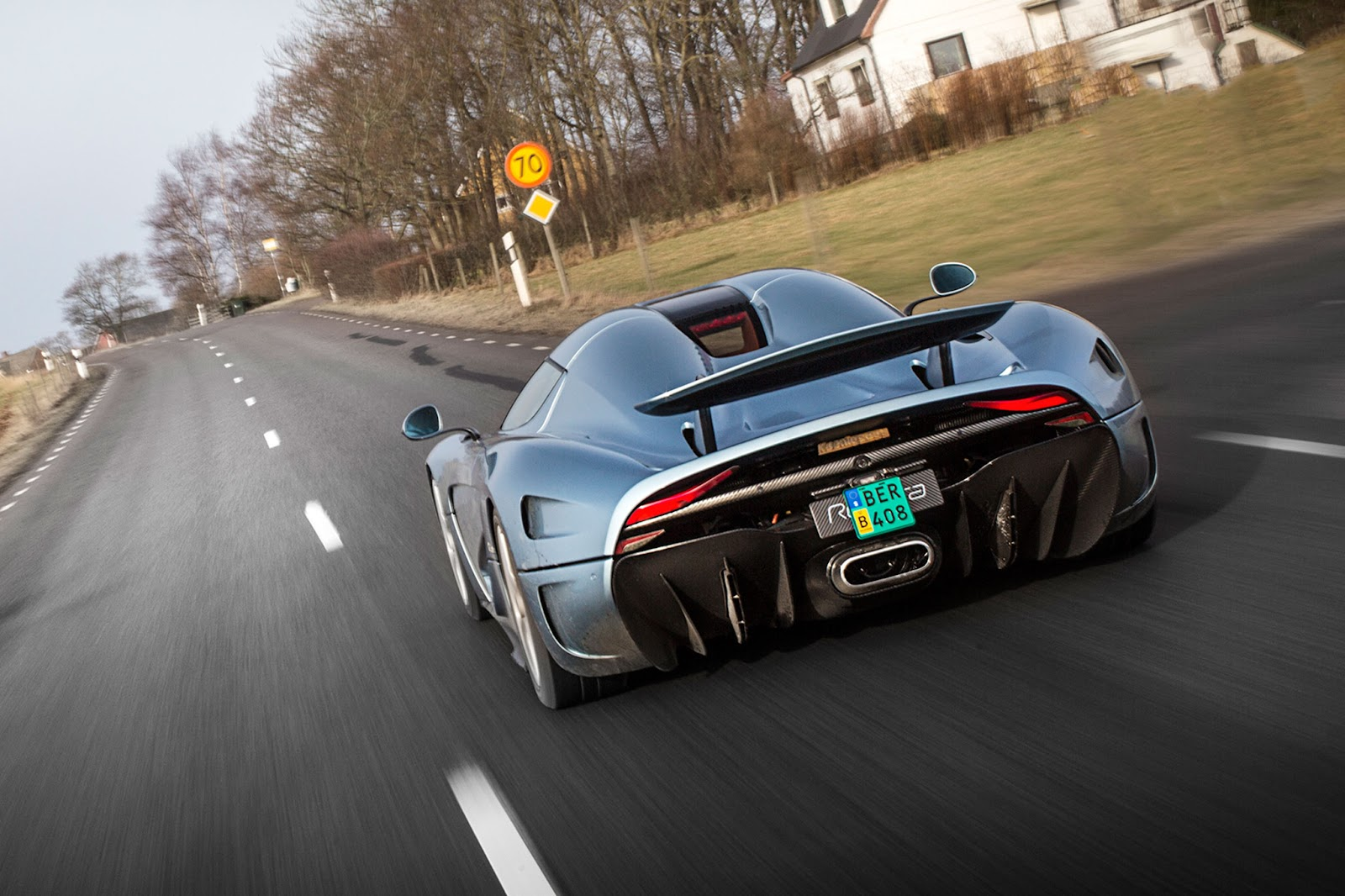 Koenigsegg-Regera-prototype-rear-view-in-motion-03.jpg