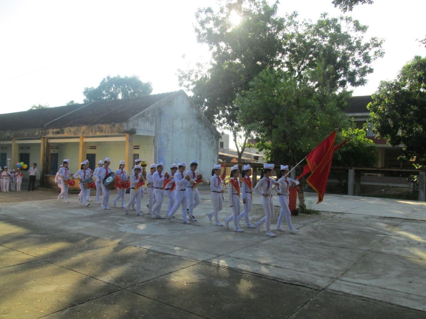Diễu hành đón học sinh khối 6