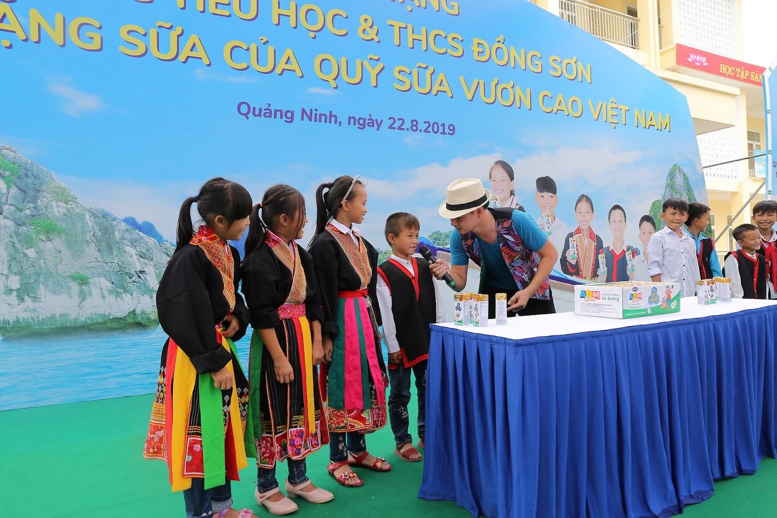 Các em học sinh vui thích hòa mình vào những sân chơi sôi động tại các ngày hội do Quỹ sữa Vươn Cao Việt Nam tổ chức.