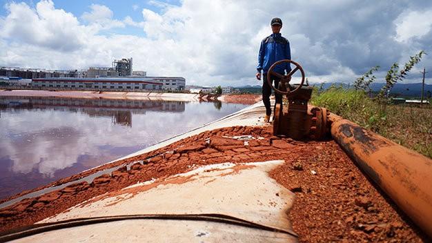 Bùn đỏ vương vãi, chỉ cần mưa lớn là                               bị rửa trôi và chảy tràn ra ngoài. Ảnh:                               M.Vinh.