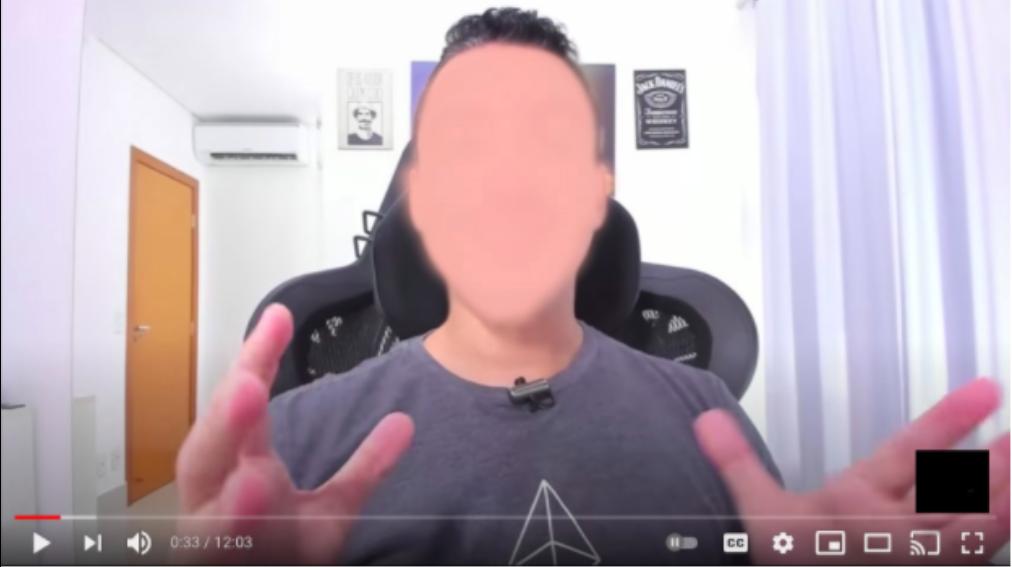 Tela de computador com imagem de homem com a mão no rostoDescrição gerada automaticamente com confiança média