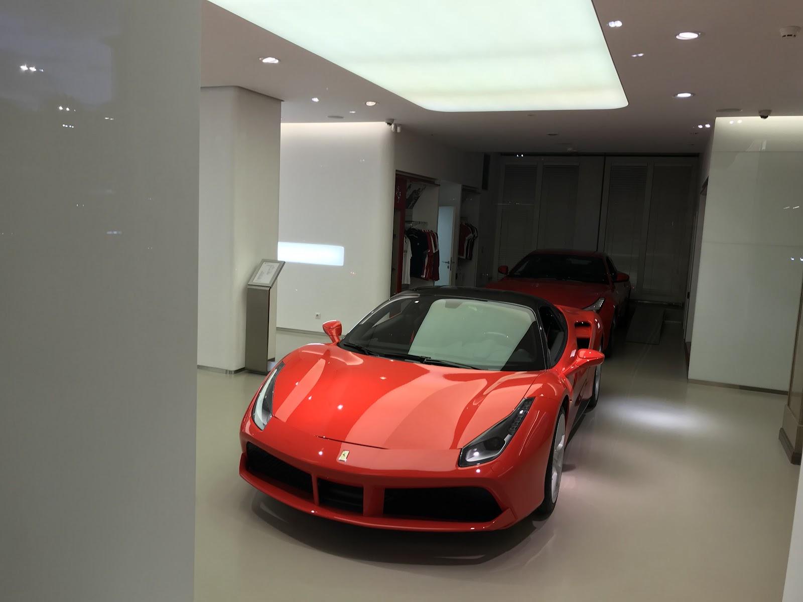 Ferrari predajňa v meste niekde vedľa obuvi a reštaurácie :-)