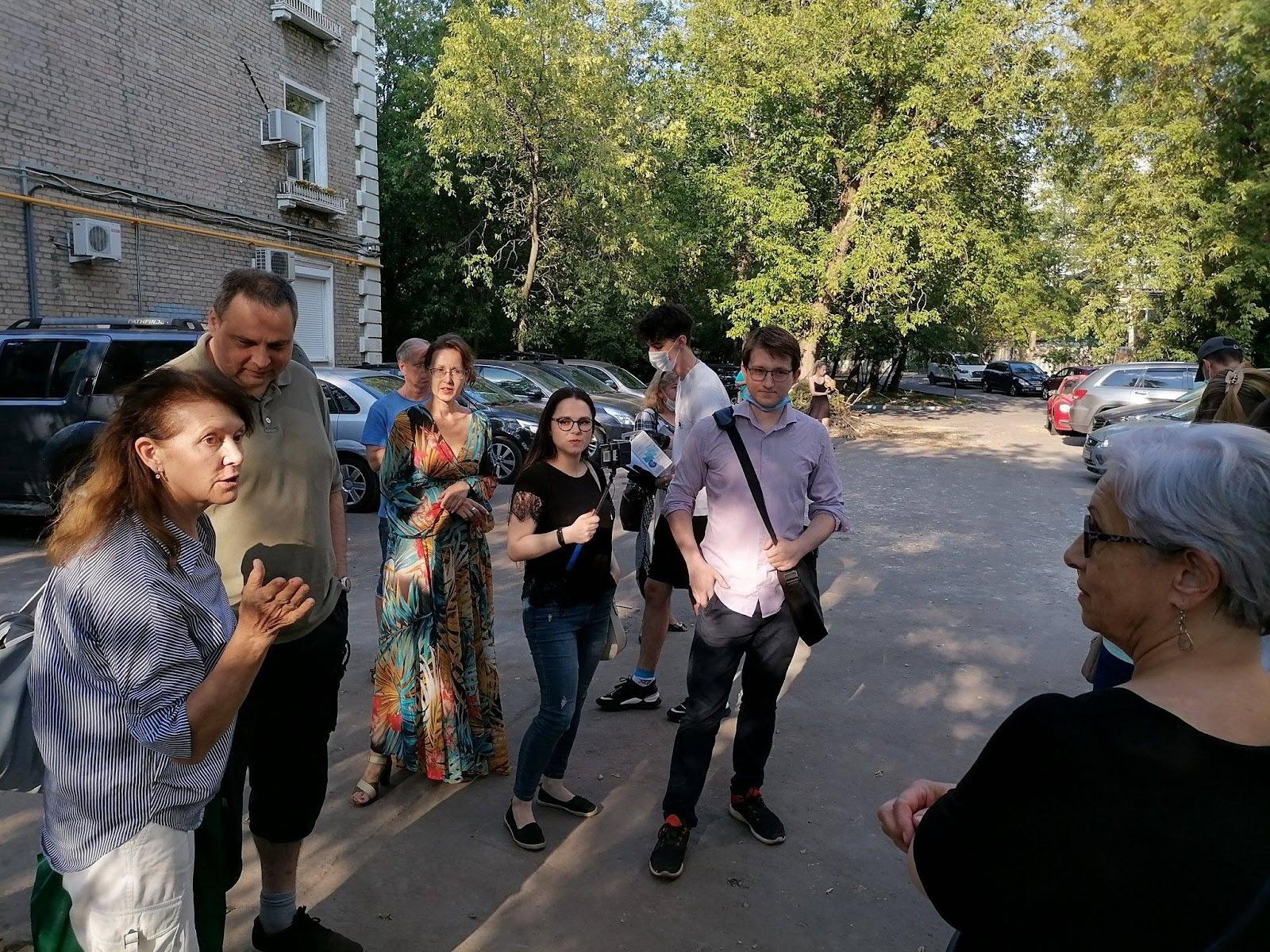 Возможно, это изображение (6 человек, люди стоят и на открытом воздухе)