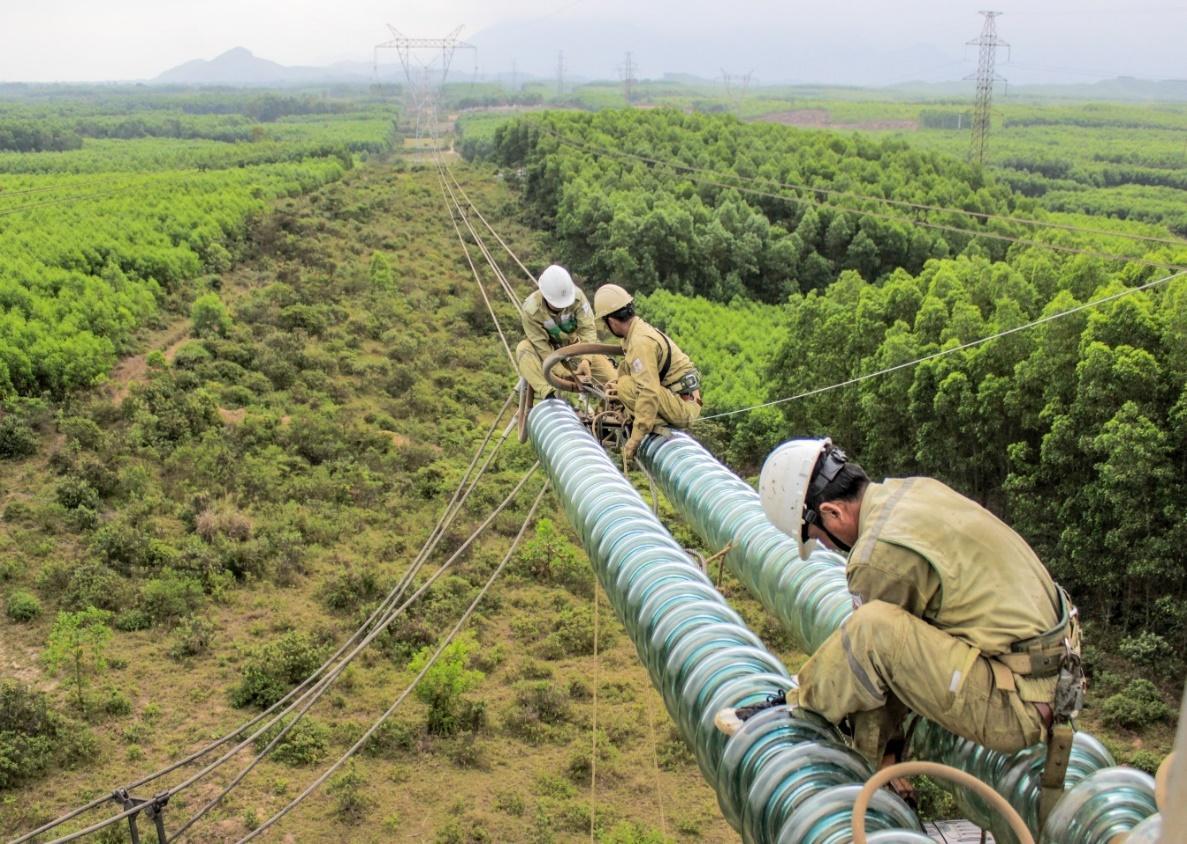 Sửa chữa thay sứ cách điện đường dây 500 kV Đà Nẵng - Vũng Áng.