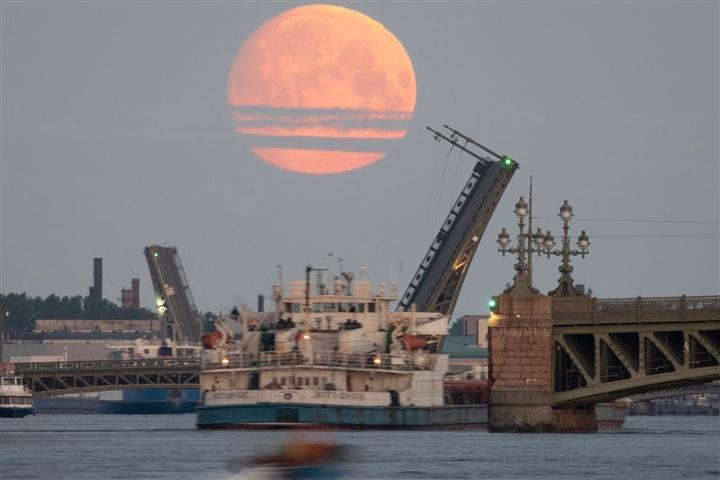Ảnh: Ngắm 'siêu trăng máu' đỏ rực, kỳ bí trên thế giới - 6