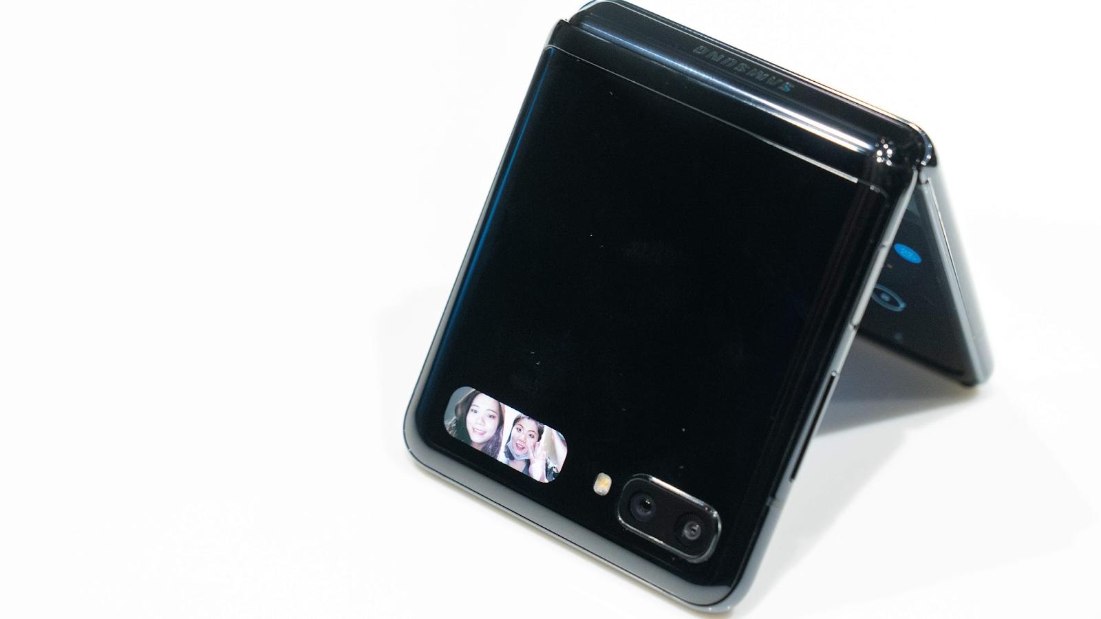 三星 Galaxy Z Flip 摺疊手機上手實測、台灣限量上市!Galaxy Fold 改良進化版