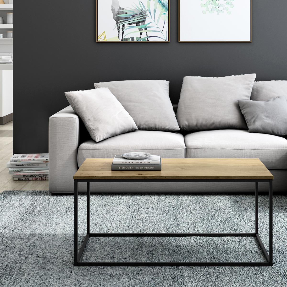 Mesa mara negra en un salón sencillo y minimalista.